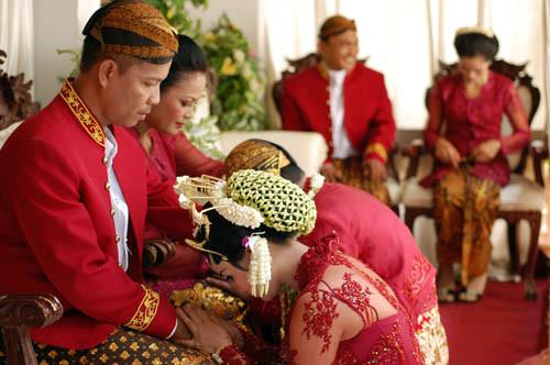 Sesi sungkeman pada upacara pernikahan adat Jawa. Sang orang tua mempelai menggunakan batik motif truntum. (Sumber perutjogja.wordpress.com)